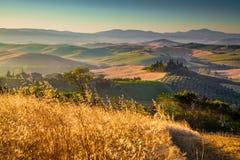 Szenische Toskana-Landschaft bei Sonnenaufgang, Val-d'Orcia, Italien Lizenzfreies Stockfoto
