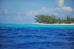 Szenische tropische Szene mit Ozean und Strand Lizenzfreies Stockfoto