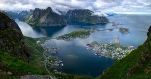 Szenische Vogel ` s Augenansicht des malerischen Dorfs von Reine und des umgebenden Fjords von Reinefjorden auf den Lofoten-Insel lizenzfreie stockfotografie