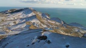 Szenische Vogelperspektive eines gefrorenen Tales in Island umgab durch die Berge, die mit Schnee und Eis bedeckt wurden Schnee-B stock video