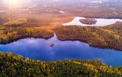 Szenische von der Luftansicht der Seenatur stockfotos