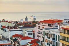Szenische von der Luftansicht von Funchal mit Atlantik und großem Kreuzschiff, die der Stadt, Madeira sich nähern stockbilder