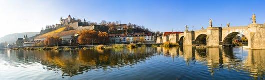 Szenische Würzburg-Stadt - berühmte Brücke und Marienberg-Festung, Deutschland lizenzfreies stockbild