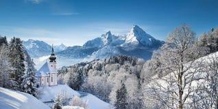 Szenische Winterlandschaft in den Alpen mit Kirche Stockfotos