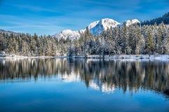 Szenische Winterlandschaft in den bayerischen Alpen am Gebirgssee Hintersee, Deutschland stockfotos