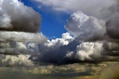 Szenische Wolken vor dem hintergrund des klaren Himmels lizenzfreie stockfotografie