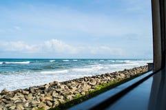 Szenische Zug-Fahrt entlang der Küste von Galle nach Colombo in Sri Lanka Stockfotografie