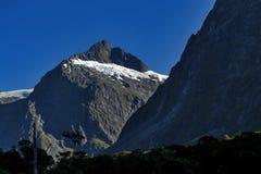 Szenischer Ausblick der Bergspitze am Affe-Nebenfluss auf Milford-Straße zu Milford Sound Stockfotografie