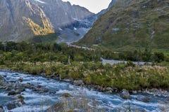 Szenischer Ausblick von Hollyford-Tal am Affe-Nebenfluss auf Milford-Straße zu Milford Sound Lizenzfreies Stockfoto