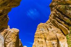 Szenischer blauer Himmel über den Felsen Stockfotografie
