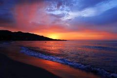 Szenischer bunter Sonnenuntergang an der Seeküste lizenzfreies stockbild