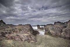 Szenischer felsiger Strand auf Pembrokeshire-Küste, Großbritannien Abnutzung von coastli lizenzfreie stockfotografie