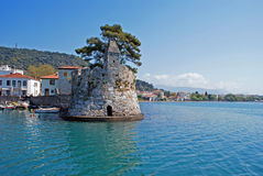 Szenischer Fischereihafen von Nafpaktos-Stadt in Griechenland Stockbild