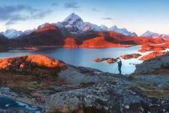 Szenischer Fjord auf Lofoten-Inseln, Reine, Norwegen Berühmte Touristenattraktion des schönen Landschaftshintergrundes auf Lofote stockfotos