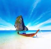 Szenischer Fluchthintergrund des thailändischen Bootes auf exotischem Seestrand Lizenzfreie Stockfotos