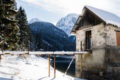 Szenischer Gebirgspass lake Lago Del Predil mit Haus in der Winterlandschaft mit blauem Himmel des Sonnenlichts, Italien Lizenzfreie Stockfotos