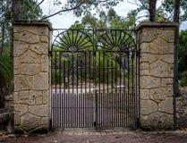 Szenischer geschmiedeter Toreingang in Nationalpark Yanchep lizenzfreies stockbild
