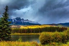 Szenischer Herbst in Rocky Mountains lizenzfreie stockbilder