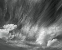 Szenischer Himmel des Fotos im Schwarzweiss--, abstrakten Naturhintergrund lizenzfreie stockbilder