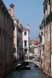 Szenischer Kanal mit Gondel, Venedig, Italien Lizenzfreies Stockbild