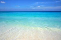 Szenischer Meerblick des azurblauen transparenten Ozeanwassers und des blauen Himmels Tropischer Strand mit weißem Sand Idyllisch Stockbild