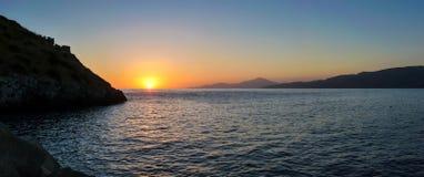 Szenischer Panoramablick des schönen idyllischen Sonnenuntergangs über dem Meer Lizenzfreies Stockfoto