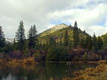 Szenischer See in den Bergen Stockfotografie