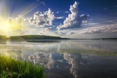 Szenischer See im Sommerpark Stockbild