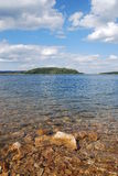Szenischer See am Sommer Lizenzfreies Stockfoto