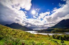 Szenischer Seeblick und Berge, Schottland Stockbild