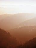 Szenischer Sonnenaufgang in den Bergen, Abstufung des bunten Nebels Lizenzfreie Stockfotos