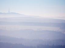 Szenischer Sonnenaufgang in den Bergen, Abstufung des bunten Nebels Lizenzfreies Stockbild