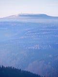 Szenischer Sonnenaufgang in den Bergen, Abstufung des bunten Nebels Lizenzfreie Stockbilder
