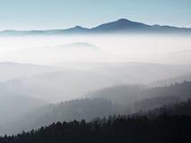 Szenischer Sonnenaufgang in den Bergen, Abstufung des bunten Nebels Stockbilder