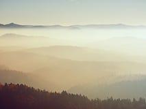 Szenischer Sonnenaufgang in den Bergen, Abstufung des bunten Nebels Stockfotografie