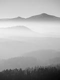 Szenischer Sonnenaufgang in den Bergen, Abstufung des bunten Nebels Stockbild