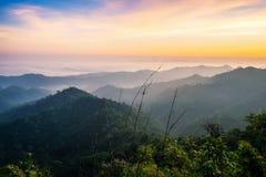 Szenischer Sonnenaufgang des Gebirgsnebels Lizenzfreies Stockfoto
