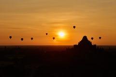 Szenischer Sonnenaufgang mit vielen Heißluft steigt über Bagan auf Myanmar im Ballon auf Stockfoto