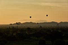 Szenischer Sonnenaufgang mit vielen Heißluft steigt über Bagan auf Myanmar im Ballon auf Lizenzfreie Stockfotos