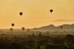 Szenischer Sonnenaufgang mit vielen Heißluft steigt über Bagan auf Myanmar im Ballon auf Stockbild