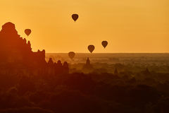 Szenischer Sonnenaufgang mit vielen Heißluft steigt über Bagan auf Myanmar im Ballon auf Stockfotografie