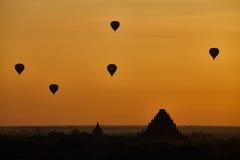 Szenischer Sonnenaufgang mit vielen Heißluft steigt über Bagan auf Myanmar im Ballon auf Lizenzfreie Stockfotografie