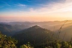 Szenischer Sonnenaufgangmorgen des Gebirgsweichen Nebels Lizenzfreie Stockfotografie