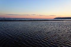 Szenischer Sonnenuntergang über Ozeanstrand lizenzfreie stockfotografie