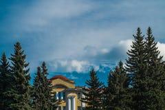 Szenischer sonniger Himmel mit brights bewölkt sich mit Ostkiefern und antic Gebäude im Staatseigentum botanischen Gartens St Pet Stockbilder