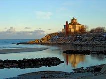 Szenischer Strand und Haus Maine lizenzfreies stockfoto