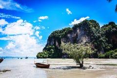 Szenischer thailändischer Strand lizenzfreie stockfotografie
