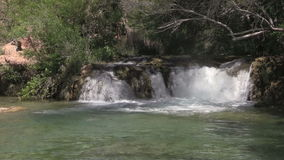 Szenischer versteinerter Nebenfluss-Wasserfall stock video