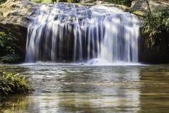 Szenischer Wasserfall, der auf Stein, Nord-Thailand fließt Stockbild