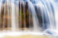 Szenischer Wasserfall der Nahaufnahme, der auf Stein, Thailand fließt Lizenzfreies Stockbild